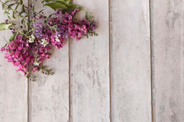 Hölzerne Oberfläche mit Blumenschmuck Kostenlose Fotos