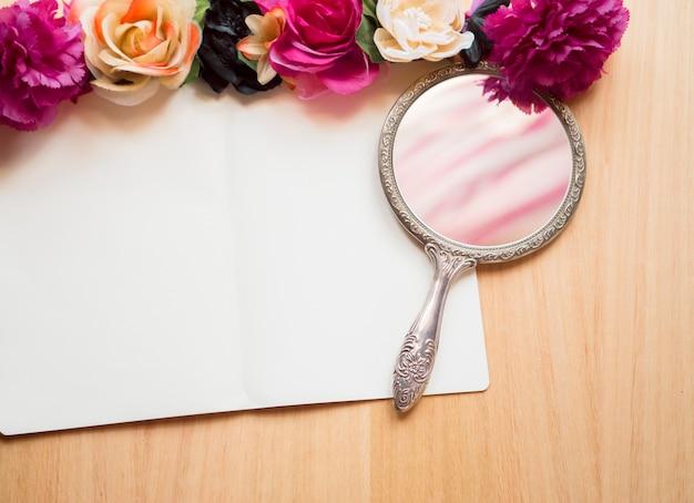 Hölzerner Hintergrund Weißer Notizblock Blumen Und Spiegel