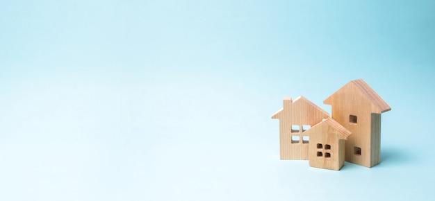 Holzhäuser auf blau. holzspielzeug Premium Fotos