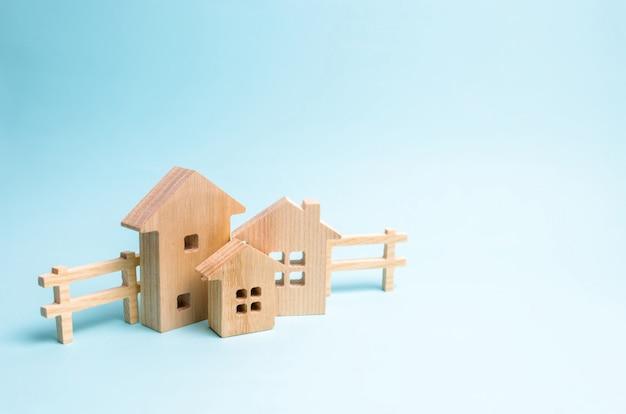 Holzhäuser auf blauem grund. holzspielzeug. Premium Fotos