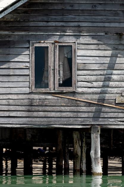 Holzhaus im meer thailand Premium Fotos