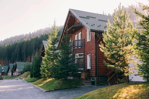 Holzhaus in den herbstbergen Premium Fotos