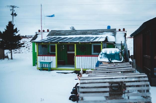 Holzhaus mit schnee bedeckt Kostenlose Fotos