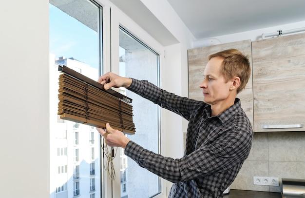 Holzjalousien einbauen Premium Fotos