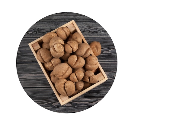 Holzkiste voller frischer roher kartoffeln von ungewöhnlicher form. das konzept ist die reduzierung von lebensmittelabfällen. Premium Fotos