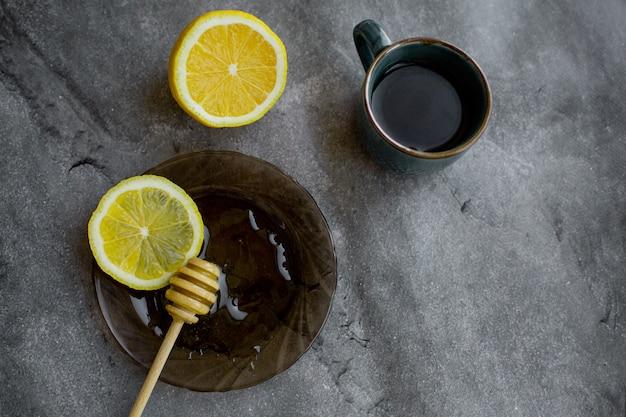 Holzlöffel honig mit zitrone und schwarzem tee Premium Fotos