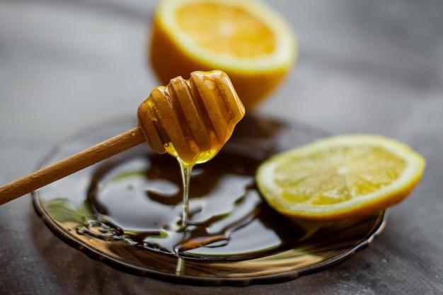 Holzlöffel honig mit zitrone Premium Fotos