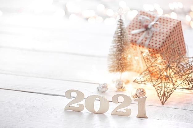 Holznummern auf einem unscharfen hintergrund der weihnachtsdekoration. Kostenlose Fotos
