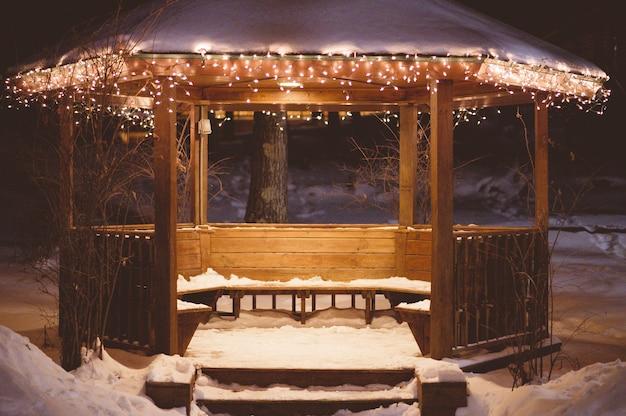 Holzpavillon mit schnee auf dem dach im winter Kostenlose Fotos