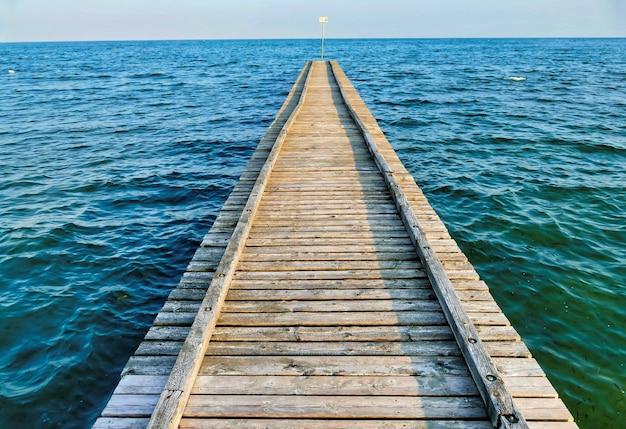 Holzpfeiler im türkisfarbenen wasser des meeres Kostenlose Fotos
