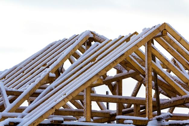 Holzrahmen des dachs während der bauarbeiten an einem neuen haus Premium Fotos