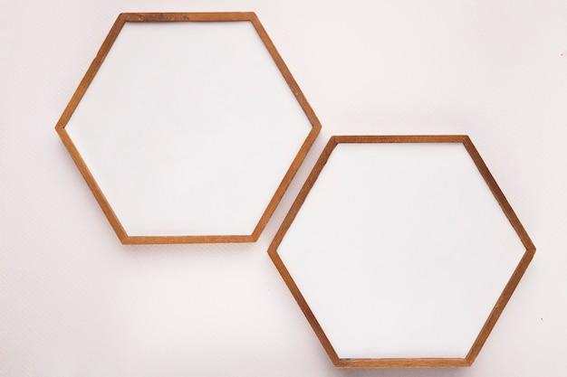 Holzrahmen des hexagons auf weißem hintergrund Premium Fotos