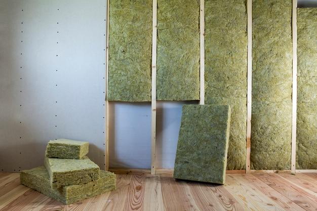Holzrahmen für zukünftige wände mit mit steinwolle gedämmten gipskartonplatten Premium Fotos