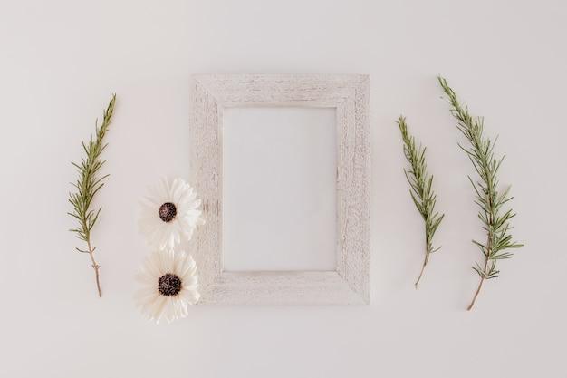 holzrahmen mit blumen download der kostenlosen fotos. Black Bedroom Furniture Sets. Home Design Ideas