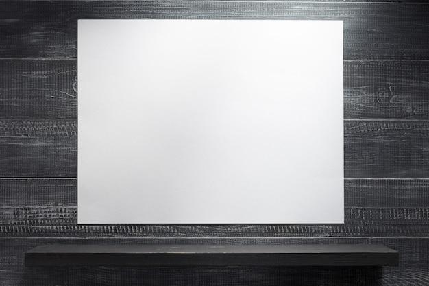 Holzregal bei schwarzer hintergrundbeschaffenheit Premium Fotos