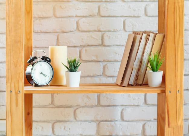 Holzregal regal mit wohnkultur zeug Premium Fotos
