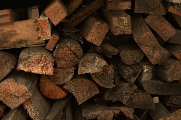 Holzspalt für brennholz. hintergrund und textur Premium Fotos