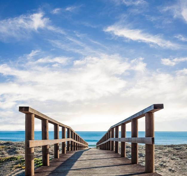 Holzsteg über den sand Kostenlose Fotos