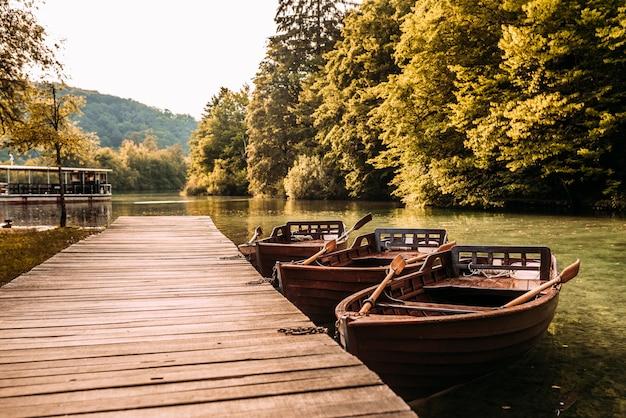 Holzsteg und boote auf dem see. Premium Fotos