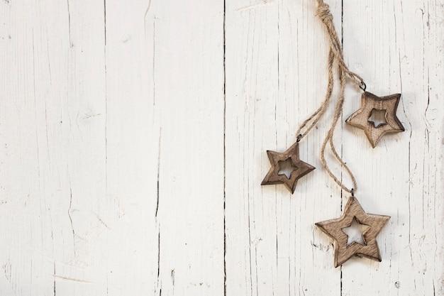 Holzsterne für weihnachtsbaum über weißem hölzernem hintergrund Kostenlose Fotos