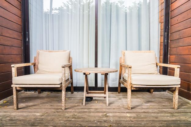 Holzstuhl und tisch auf der außenterrasse Kostenlose Fotos