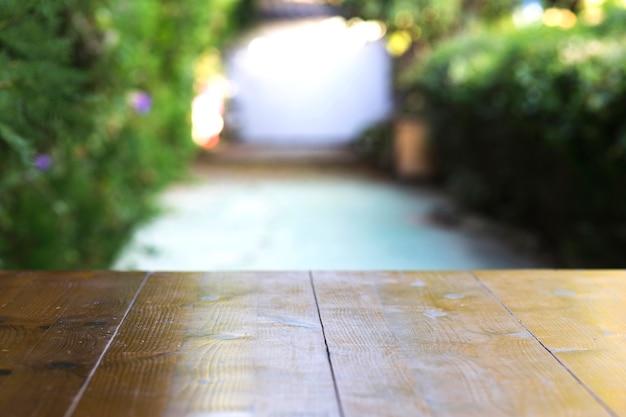 Holztisch auf Parkgasse Kostenlose Fotos