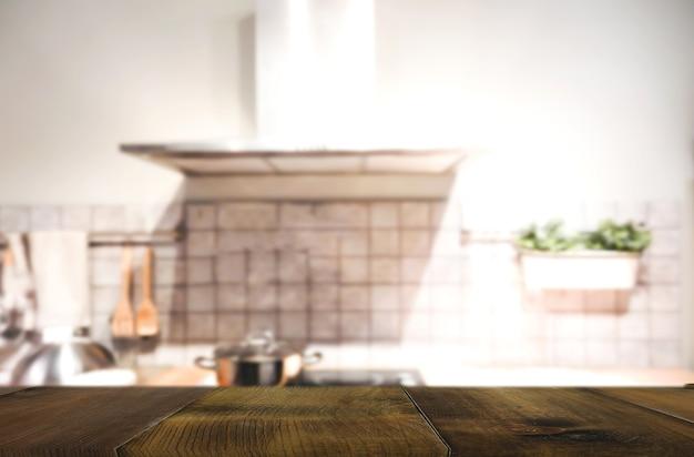 Holztisch auf unschärfe innenraum des küchenhintergrundes Premium Fotos