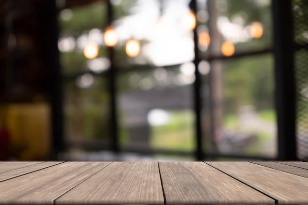 Holztisch auf vorderem unscharfem hintergrund Premium Fotos
