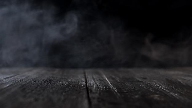 Holztisch mit dunklem rauchigem Premium Fotos