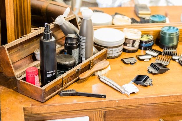 Holztisch mit rasiergeräten in einem friseursalon Premium Fotos