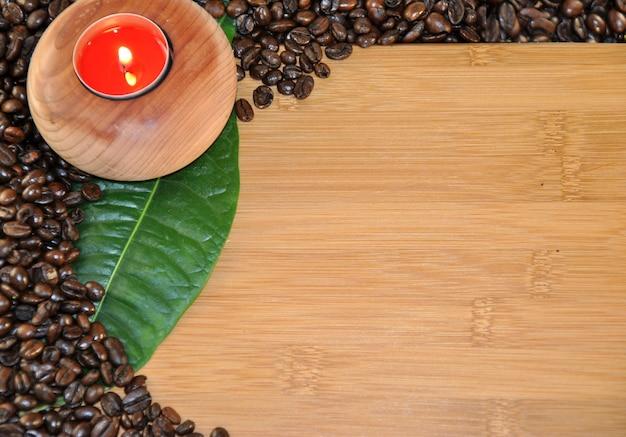 Holztisch mit runden kerzenkaffeebohnen Premium Fotos