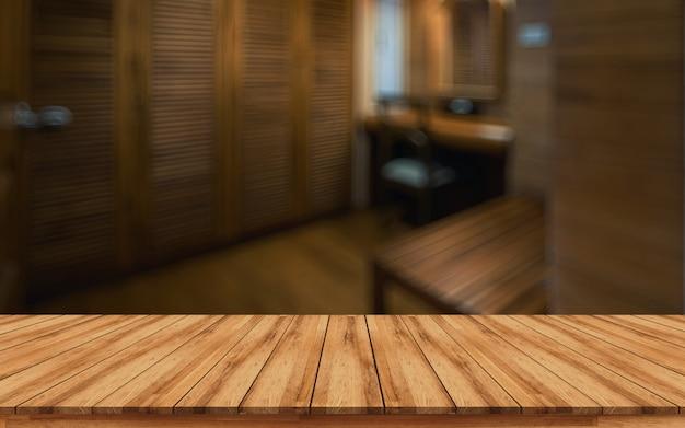 Holztischspitze für montageproduktanzeige mit unscharfem badekurortinnenraumhintergrund Premium Fotos