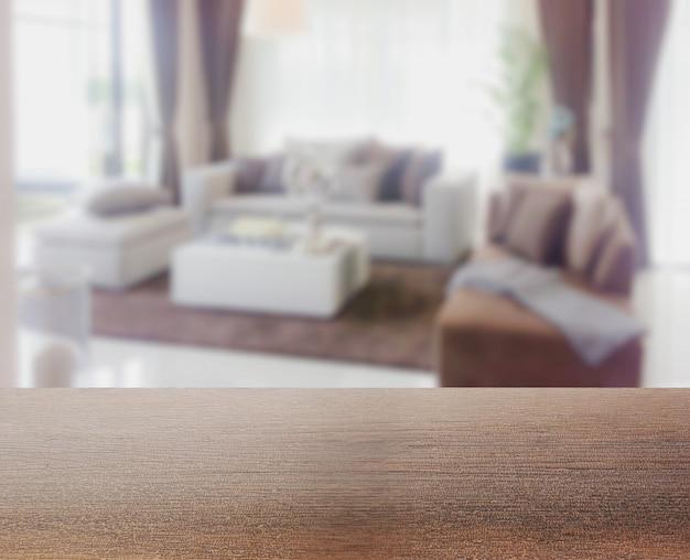 Holztischspitze mit unschärfe des modernen wohnzimmerinnenraums als hintergrund Premium Fotos