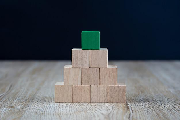 Holzwürfel in pyramidenform ohne grafik gestapelt. Premium Fotos