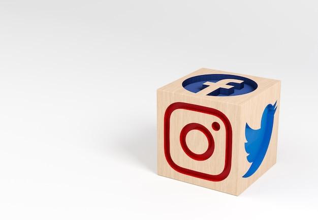 Holzwürfel mit geschnitzten social-media-symbolen Premium Fotos