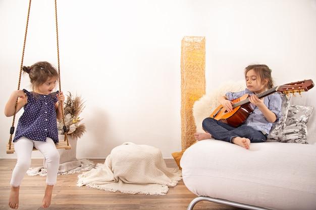 Home entertainment, zwei kleine schwestern spielen zusammen. kinderentwicklung und familienwerte. das konzept der freundschaft und familie der kinder. Kostenlose Fotos