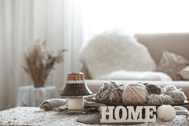 Home hobbys, strickfäden auf dem tisch. Kostenlose Fotos