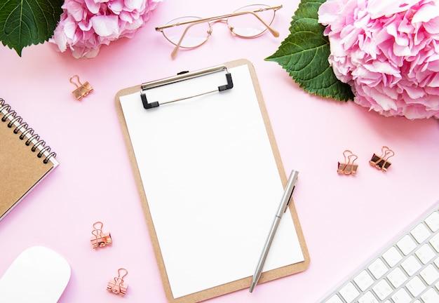 Home-office schreibtisch arbeitsplatz Premium Fotos