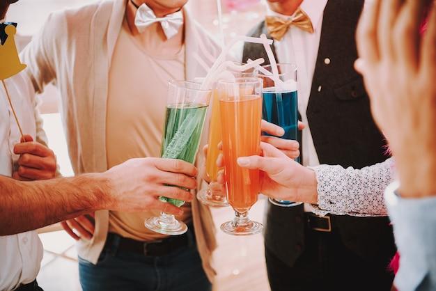 Homosexuelle klirren bei homosexuellenpartys mit verschiedenen cocktails. Premium Fotos