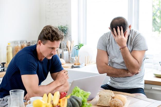 Homosexuelle männliche paare, die miteinander verärgert sind Premium Fotos