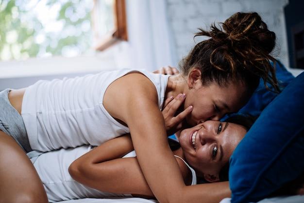 Homosexuelle paar lebensstil momente zu hause. konzeptfoto über homosexualität Premium Fotos