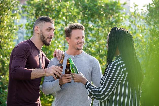 Homosexuelle paare und afroamerikanerfreundin, die trinkenden alkohol genießt Premium Fotos