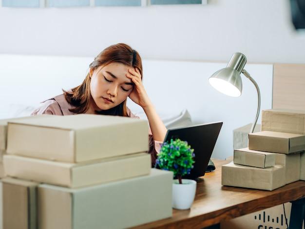 Hone business online verkäufer konzept, asiatische frauen mit ihrem online-verkäufer von freiberuflichen jobs. Premium Fotos