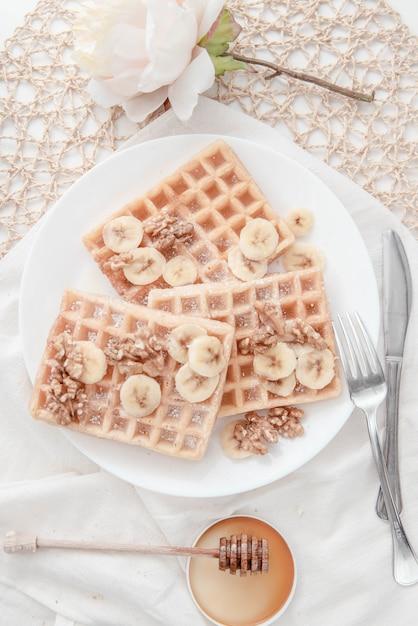 Honey nut banana waffle breakfast Premium Fotos
