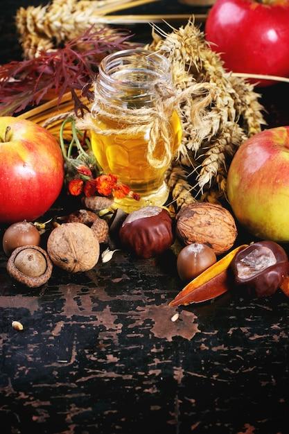 Honig, nüsse und äpfel Premium Fotos