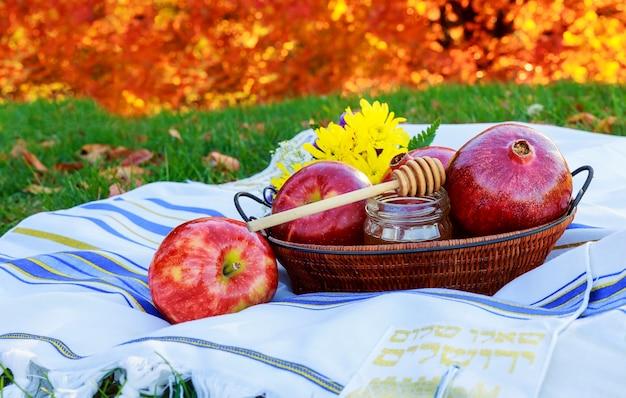 Honig und obst traditionelles essen des jüdischen neujahrs Premium Fotos
