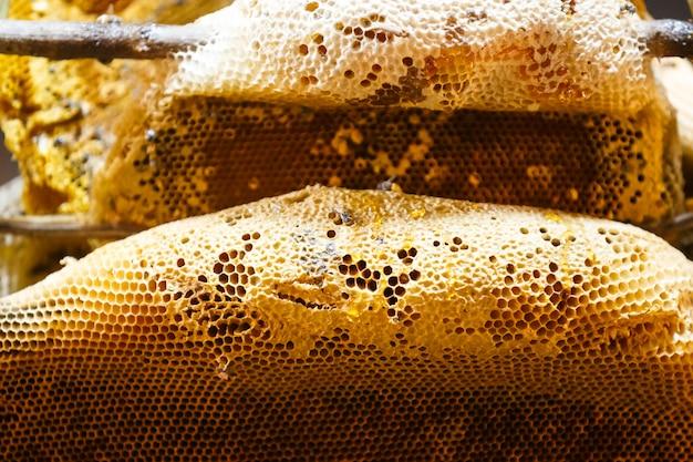 Honig vom bienenstock, der in den bienenwaben für verkauf im markt bildet Premium Fotos