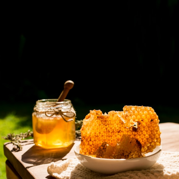 Honigglas mit bienenwaben Kostenlose Fotos