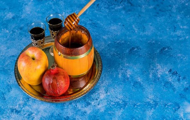 Honigglas und frische reife äpfel Premium Fotos