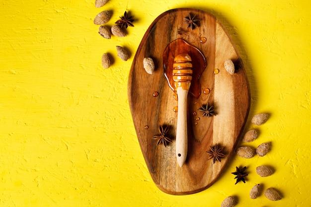 Honigschöpflöffel mit nüssen und gewürzen Premium Fotos